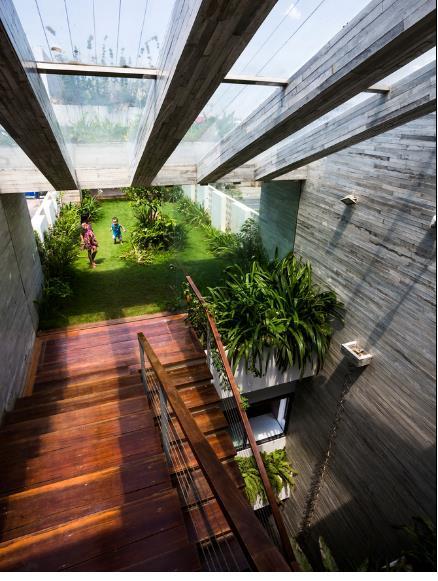 Khu vườn trồng cỏ tự nhiên với nhiều cây xanh là nơi vui chơi lý tưởng cho cả gia đình.