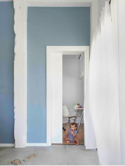 Giữa khu vực phòng khách và phòng ngủ còn có 1 cửa thông giúp chủ nhà lưu thông giữa các phòng vô cộng dễ dàng.