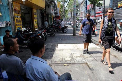 Trên đường Trần Quang Khải, vỉa hè đã thông thoáng hơn, thoải mái cho người đi bộ.