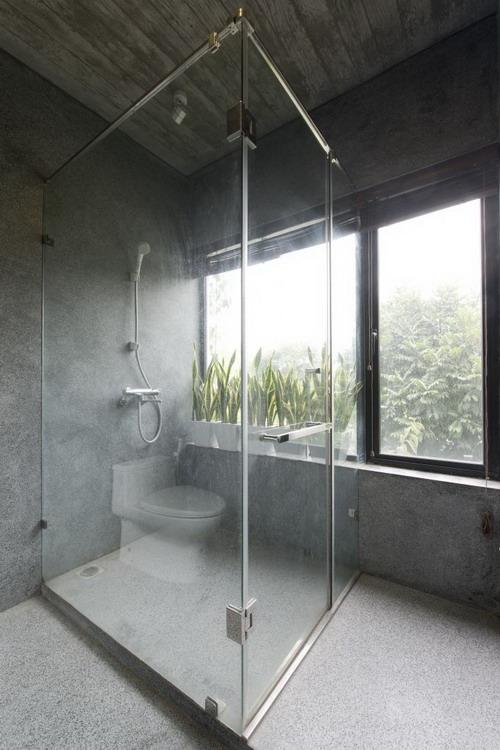 Phòng tắm rộng thoáng cạnh cửa sổ.