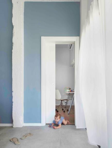 Em bé cũng được tha hồ vui đùa, khám phá mọi ngóc ngách của căn nhà.