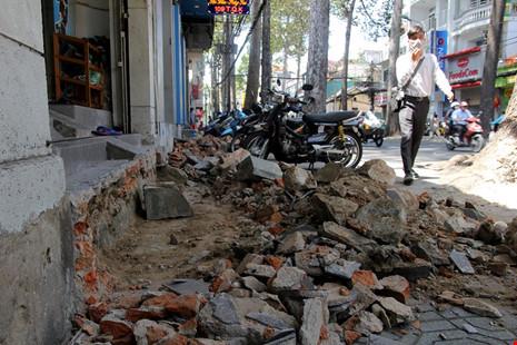 Hằng ngày lực lượng đô thị vẫn thường xuyên tuần tra trên đường Trần Quang Khải. Trong ảnh: Một dọc của hàng vừa phải tháo dỡ bậc tâm cấp lấn chiếm vỉa hè.