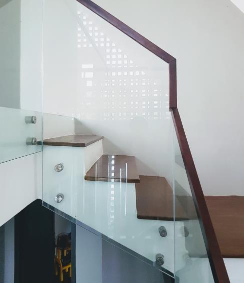 Lan can cầu thang được làm bằng kính giúp thông thoáng cho ngôi nhà.