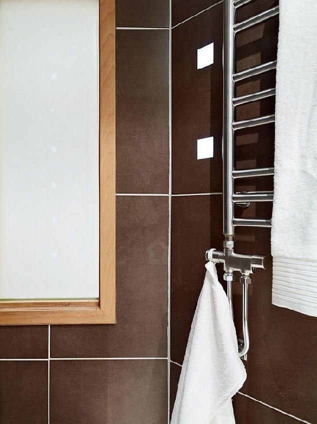 Trong nhà tắm, các kệ để đồ, móc treo được tận dụng tối đa.
