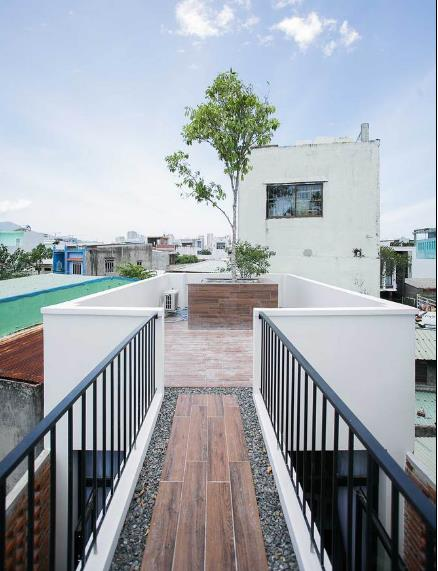 Sân thượng được thiết kế tuyệt đẹp có thể dùng làm nơi kinh doanh café ngoài trời cho chủ nhà.