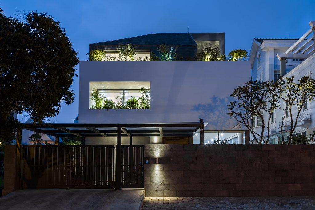 Ngôi nhà đẹp lung linh với ánh điện về đêm.