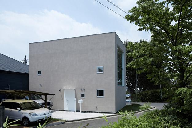 Không giống những căn nhà bình thường, lối vào của ngôi nhà này được thiết kế vô cùng đơn giản với cánh cửa màu trắng.