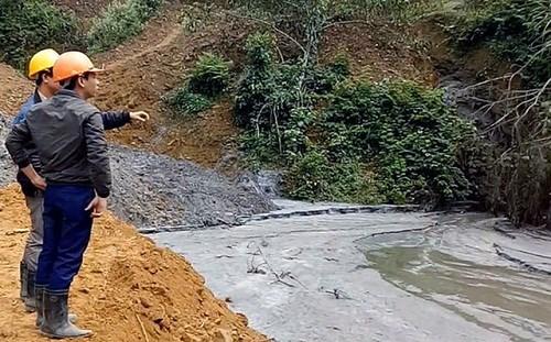 Một lượng bùn thải khai thác quặng thiếc trôi xuống sông suối, ảnh hưởng môi trường trực tiếp cho hàng ngàn dân trên 3 xã của địa phương này.