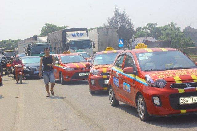 Hàng trăm phương tiện tụ tập phản đối tại trạm thu phí Cầu Rác khiến giao thông ùn ứ