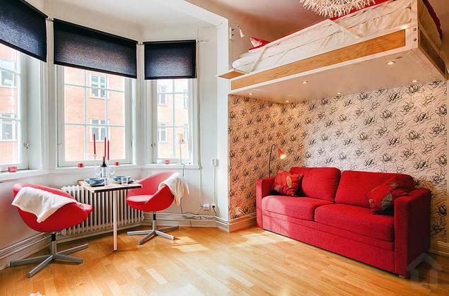 Điểm ấn tượng đặc biệt trong căn hộ này đó là việc lựa chọn nội thất màu đỏ mang đến một không gian hiện đại và cá tính.