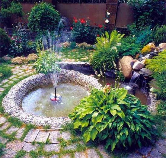 Lựa chọn một đài phun nước nhỏ cho góc vườn nhà cũng là cách giúp cây cối, hoa lá trong vườn được tiếp thêm sức sống, giúp không gian ngoài trời của gia đình trở nên yên bình và lãng mạn hơn.