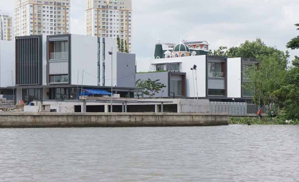 Dự án khu dân cư thấp tầng Thảo Điền tiếp giáp cả sông Sài Gòn và rạch Ông Hóa. Góc phải của ảnh là lối vào rạch Ông Hóa từ sông Sài Gòn và một trong những lỗi khiến dự án bị UBND TP.HCM phạt là do vi phạm khoảng lùi rạch Ông Hóa.