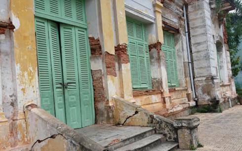 Cửa chính của Dinh thự tỉnh trưởng Gò Công.