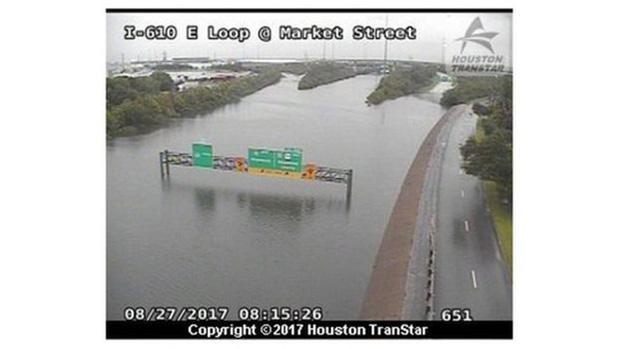 Xa lộ I-610 ở TP Houston bị ngập. Ảnh: BBC