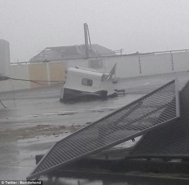 Khung cảnh đổ vỡ ngoại khu sân bay.
