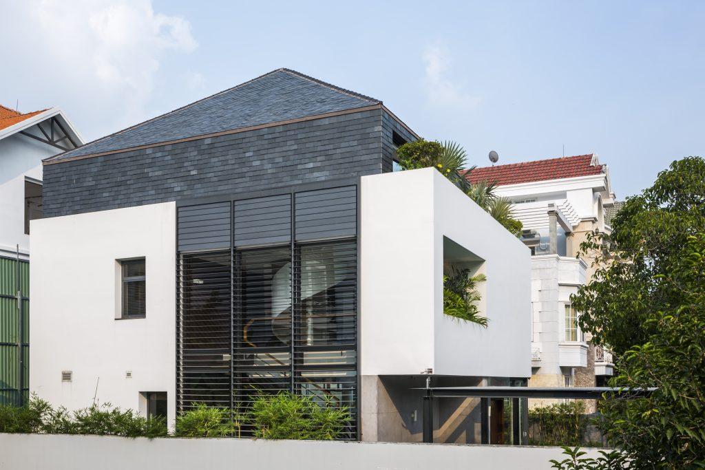 Trên khu đất hình vuông (15m x 15m), ngôi nhà được thiết kế 3 tầng với những khu vườn nhỏ bao quanh.