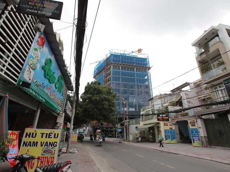 Các dự án chung cư, căn hộ mọc lên san sát nhau trên đường Phổ Quang, quận Tân Bình. Ảnh trên là một dự án nhà ở vừa hoàn thiện, chuẩn bị đưa vào hoạt động thì không xa (ảnh dưới) là một dự án nhà ở khác đang được xây dựng. Ảnh: QUỐC VŨ