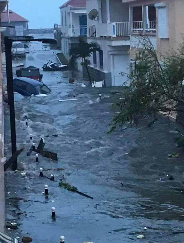 Khung cảnh tàn phá đáng sợ trên đường đi của siêu bão mạnh nhất Đại Tây Dương. Ảnh: Reuters