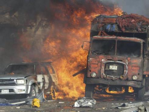 Nhiều xe cộ bốc cháy sau vụ nổ bom bên ngoài khách sạn Safari ở thủ đô Mogadishu hôm 14/10. Ảnh: EPA.