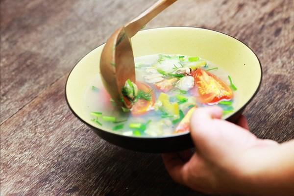 Tốt nhất là bạn nên uống canh trước hoặc sau khi ăn cơm cũng như ăn các loại thức ăn khác.