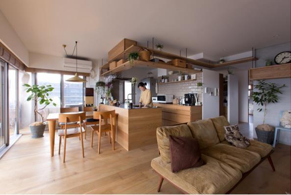 Không dùng tường ngăn và cũng không sử dụng nhiều tủ đựng đồ chiếm nhiều diện tích, căn hộ được thiết kế với những giá treo nổi ấn tượng gắn cố định vào tường và trần nhà.