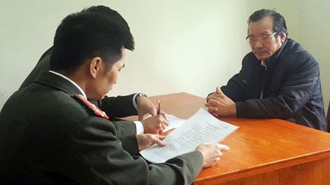 Nguyễn Tuấn Giảng (bên phải) tại Cơ quan điều tra.