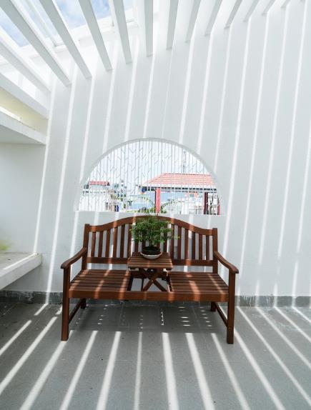 Chiếc ghế băng dài cũng được cách điệu lạ mắt với cây xanh.
