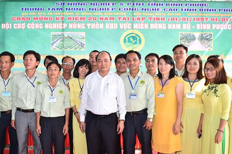 Thủ tướng và các nhân viên của Trung tâm Nông nghiệp công nghệ cao Bình Phước. Ảnh: VGP/Quang Hiếu
