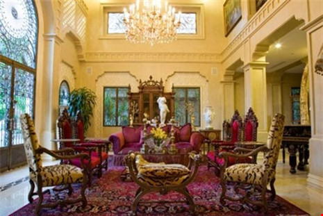 Bộ bàn ghế cùng thảm trang trí mang phong cách cổ điển.