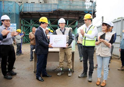 Phó Thủ tướng tặng quà, động viên công nhân trên công trường. Ảnh: VGP/Xuân Tuyến