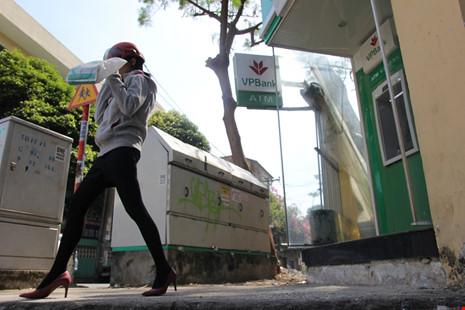 Bậc tam cấp của trụ ATM đã được phá bỏ trả lại vỉa hè cho người đi bộ.