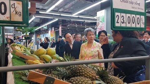 Phu nhân Hà Tinh thích thú các quầy rau