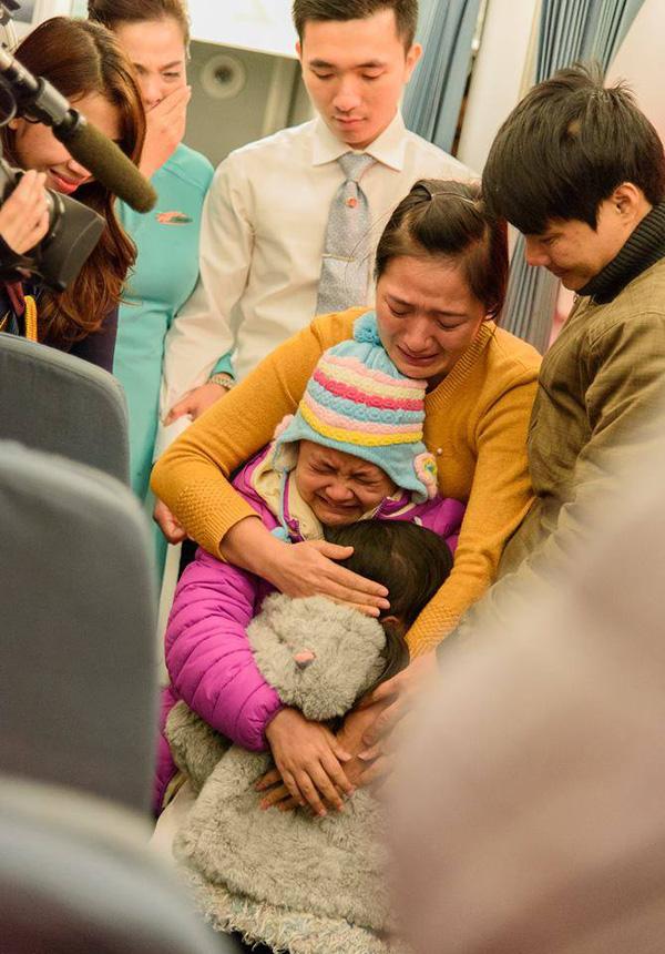 Giây phút cả gia đình Linh xúc động khi bất ngờ được đoàn tụ trên máy bay. Ảnh: BEATVN.