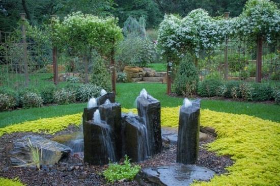 Với những người yêu thích thiên nhiên hoang dã thì những tảng đá dựng đứng thêm đài phun nước mạnh mẽ sẽ tạo nên vẻ đẹp hoang sơ cho khu vườn.