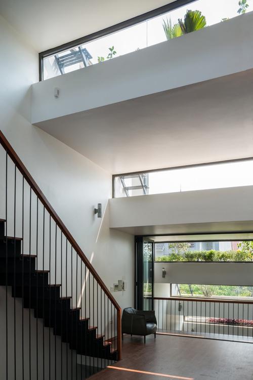 Nhờ thiết kế độc đáo mà mọi không gian sống trong nhà đều dễ dàng đón ánh sáng và bóng đổ qua độ chênh cao giữa những khay bê tông trồng hoa màu phía trên.