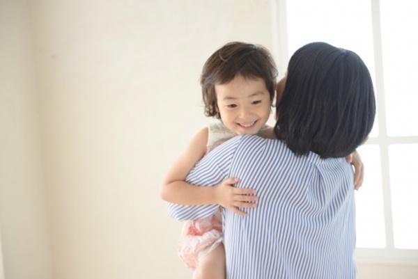 """""""Cái ôm 8 giây"""" sẽ khuyến khích trẻ làm nhiều điều hay, điều tốt (Ảnh minh họa)."""