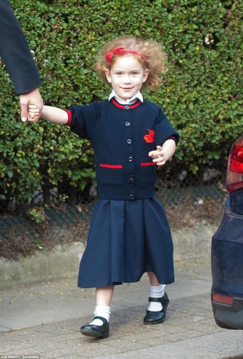 Nhập học cùng Hoàng tử George tại ngôi trường đa giới tính Thomass Battersea là người chị em họ xa của hoàng tử - bé Maud Windsor.