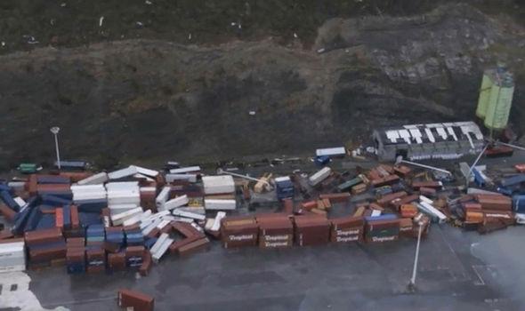 Cảnh tượng containers chở hàng ngổn ngang sau khi siêu bão quái vật đi qua. Ảnh: Reuters