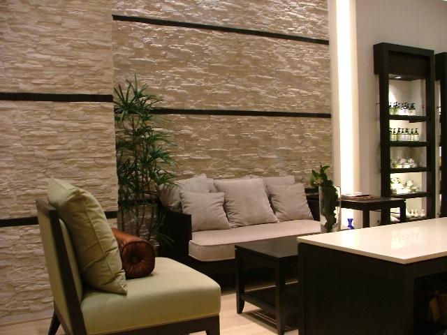 Đá là một vật liệu tự nhiên và nhiều người có cảm giác nó làm cho căn phòng trở nên lạnh, tuy nhiên việc phối hợp cùng nội thất và ánh sáng điện sẽ làm không gian cả căn nhà trở nên ấm áp vô cùng.
