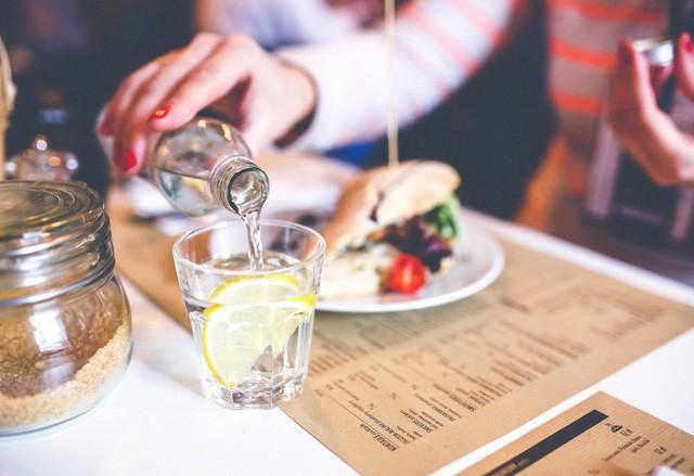 Uống một số loại nước ngọt, nước có gas hay đơn giản là nước lọc trong khi ăn cơm cũng là một trong những thói quen ăn cơm sai cách của người Việt.