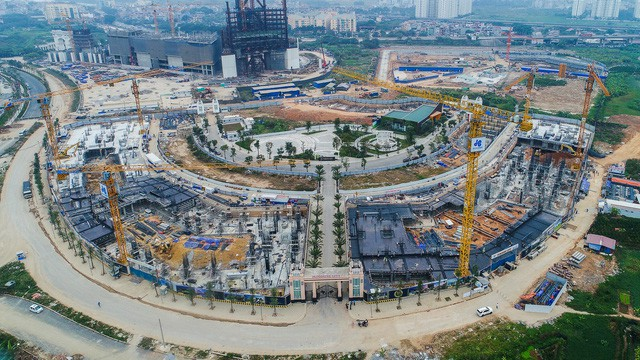 Hiện hơn 100 căn villa ở đấy đang dự định được thi công phần thân, một vài tòa chung cư đã vươn tới cốt cốt +0.000.