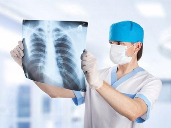 Việc điều trị ung thư phổi không thể tiến hành qua loa mà cần sự phối hợp chặt chẽ giữa người bệnh và bác sĩ. (Ảnh minh họa: Nguồn Internet).