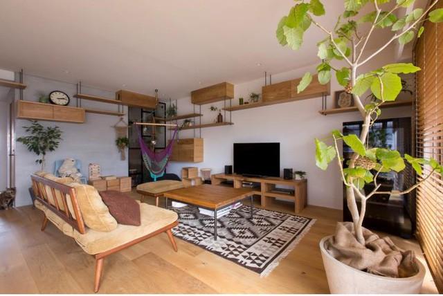 Hệ thống kệ được thiết kế quanh bức tường nhà nơi phòng khách tạo điểm nhấn đặc biệt tô điểm thêm cho không gian này.