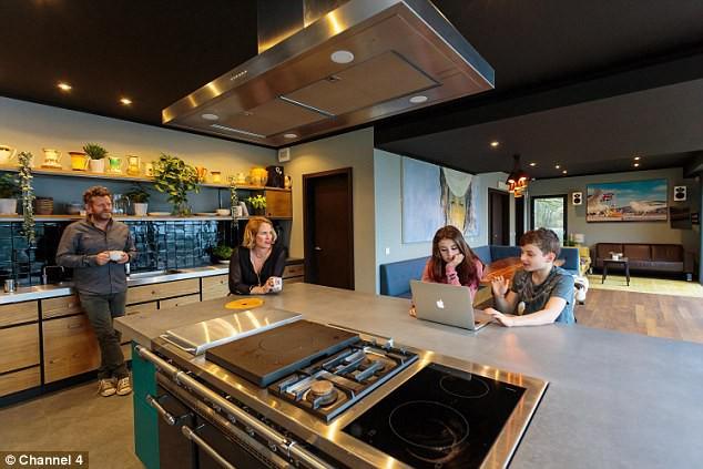 Bên trong ngôi nhà được thiết kế vô cùng hiện đại, tiện nghi mà không kém phần sang trọng.