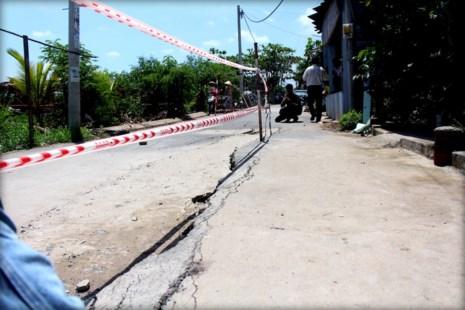 Vết nứt xuất hiện khiến các hộ dân sống khu vực này nơm nớp lo sợ khi mùa mưa đang đến.