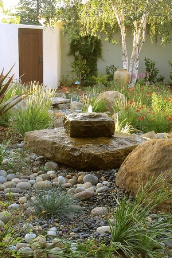 Dòng nước chảy nhẹ nhàng thấm vào thảm đá bên dưới, tưới tắn cho những bụi cỏ dại sẽ mang lại cảm giác yên ả, thanh bình cho cả khu vườn.