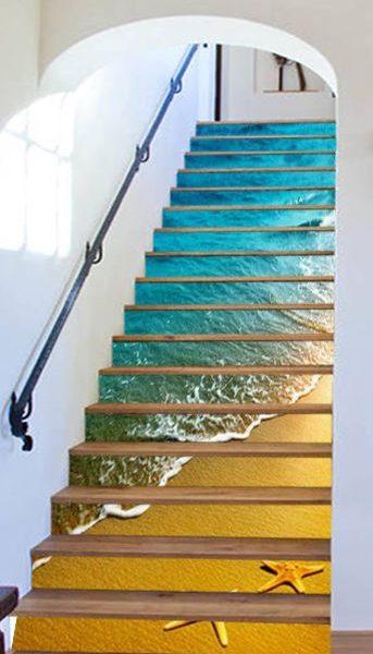 Cả biển xanh, cát trắng cũng cũng xuất hiện ấn tượng trên những bậc cầu thang nhà khách mua.