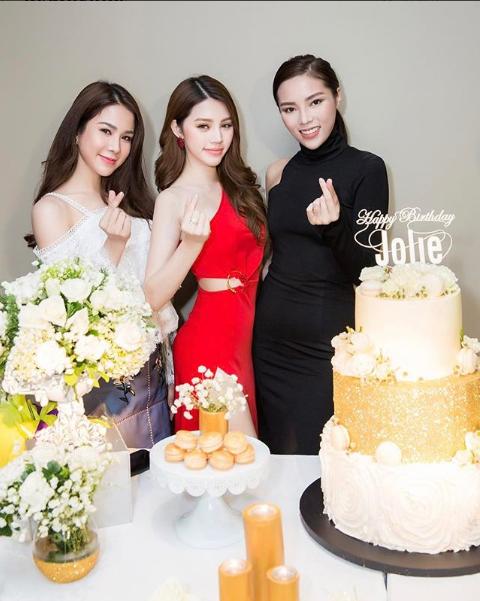 Hoa hậu Kỳ Duyên và Diệp Lâm Anh cũng tới góp mặt.