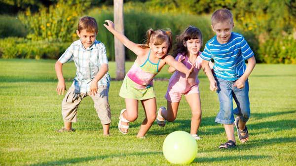 Hãy để con có cơ hội tự do kết bạn đồng thời tự mình kiểm định chất lượng của những mối quan hệ ấy. Kinh nghiệm trong việc chọn bạn bè sẽ được các bé tích lũy dần qua năm tháng và giúp con trở thành người biết chọn bạn mà chơi. (Ảnh minh họa).