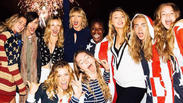 Ngoài áo tắm, bạn cũng nên sắm bộ đồ ngủ có màu cờ Mỹ để hòa nhập với nhóm bạn của Taylor